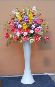 記念公演会に華やかなポールスタンド花