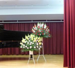 ピアノの発表会に大小のスタンド花
