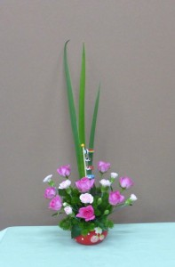 5月5日子供の日 イチゴの器にミニバラのアレンジメント