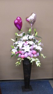 母の日に居酒屋の開店に香り髙きユリの花ハートのバルーンよせてきれいなアレンジメントを贈ろう