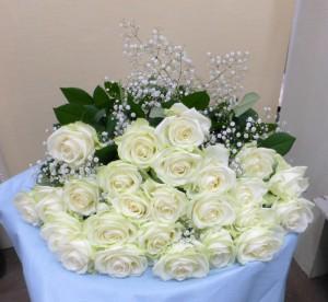 25回目の結婚記念日に白バラ25本の花束1
