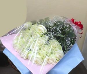 25回目の結婚記念日に白バラ25本の花束2