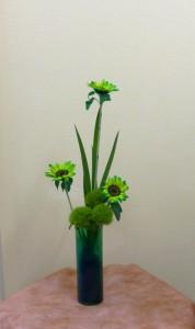 岩田ガラスシリーズ【84】グリーンの花瓶にグリーンのヒマワリ、テマリソウとショウブの葉をそえて01