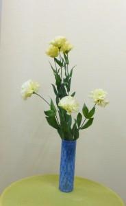 岩田ガラスシリーズ【90】ブルーの網目模様がきれいな花瓶とトルコキキョウ「コサージュイエロー」02