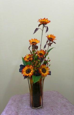岩田ガラスシリーズ【85】大きなリビングに落ち着いた琥珀色のヒマワリのアレンジ02