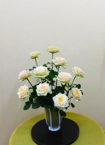岩田ガラスシリーズ【87】乳白色のラインの入ったゴールドの器とオープンローズ(ホワイト)02