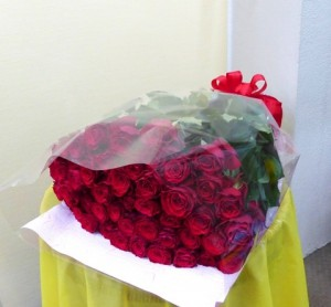 【花束】金婚式のお祝いに50本の赤いバラ「アマダ」の花束