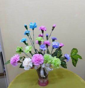 岩田ガラスシリーズ【83】きれいなピンクの器にカラフルなカーネーション