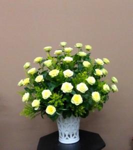 【アレンジメント】カラオケ店のオープンに透かし彫りの器に入った黄色いバラのアレンジメント
